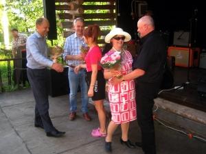 Iltapäivällä itse kehitysministeri Pekka Haavisto vieraili Myllytuvalla! Lisäksi paikalla oli Anniina ja Yrjä jakamassa kukkia kiitokseksi.