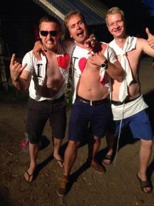 Ilta oli niin hauska, että näiltä herroilta repesi paidatkin päältä!