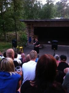 Jaakko Suomala hauskuuttamassa yleisöä.